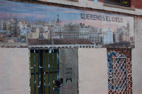 patio maravillas madrid escrito en la pared