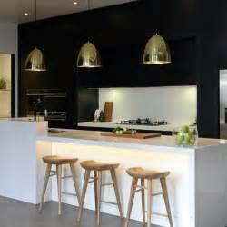 Superbe Luminaire Suspendu Table Cuisine #4: jolie-cuisine-avec-bar-de-cuisine-et-chaises-en-bois-clair-lampadaire-de-cuisine.jpg