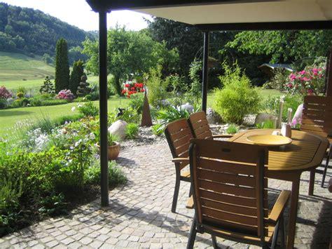sitzplatz im garten landhaus ferienhaus rohles vulkaneifel familie ernst