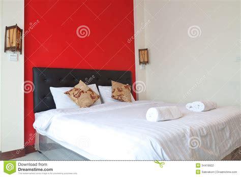 parete rossa da letto da letto con la parete rossa fotografia stock