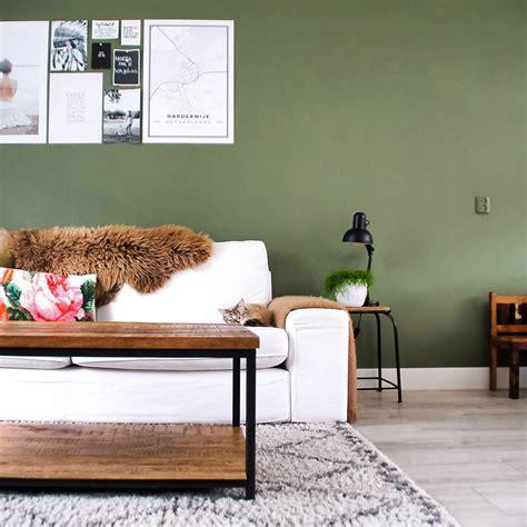 inrichting groen binnenkijken kleuren woonkamer van grijs naar groen