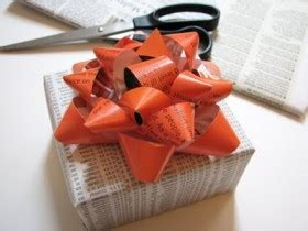 Make A Bow Out Of Wrapping Paper - come realizzare un fiocco per decorare i pacchi regalo con