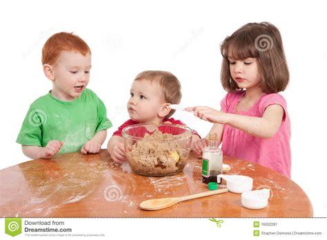 kinder backen kuchen kinder die kuchen backen lizenzfreie stockfotografie