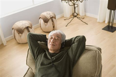 man reclining recliners to ease back pain