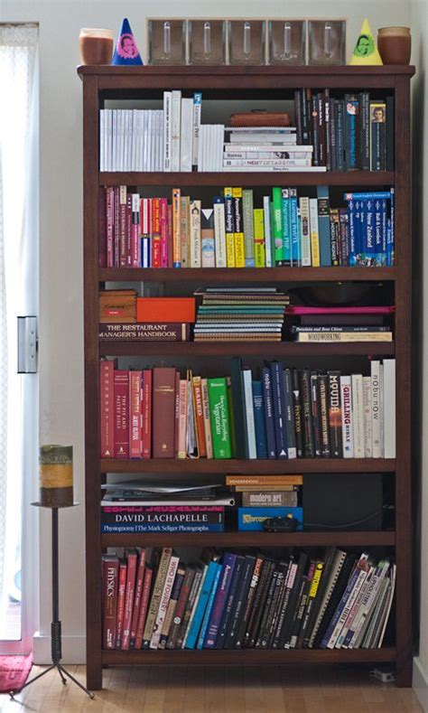 i that this bookshelf has different sized shelves