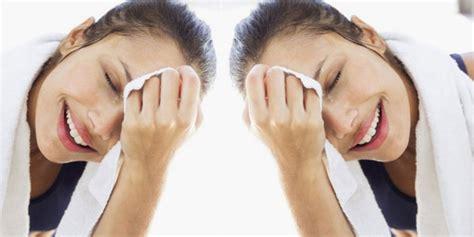 Sabun Cuci Muka Untuk Kulit Kering Wanita ternyata cuci muka terlalu sering itu tidak baik co id