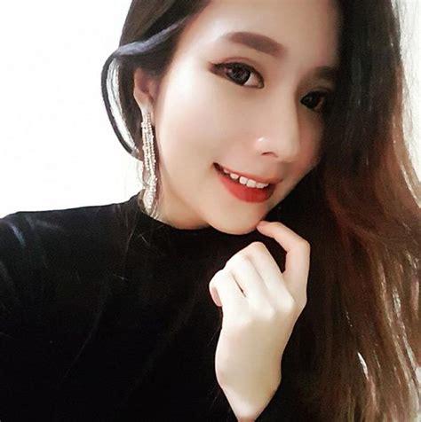 model suffers  headache  passes   singing karaoke world  buzz
