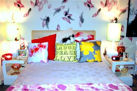 hanna marin bedroom hanna s feather print wallpaper on pretty little liars