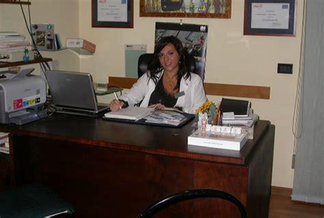 segretarie sotto la scrivania studio dermatologico