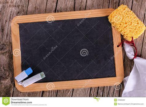 tafel kreide tafel mit kreide und schwamm stockbild bild