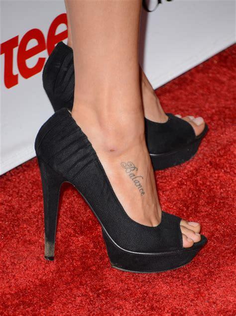 phoebe tonkin tattoos phoebe tonkin lettering tattoos lookbook
