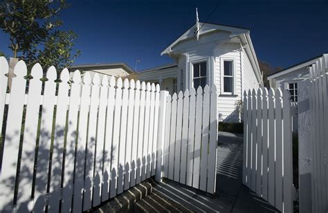 house with fence file white house with wooden fence northcote point auckland 0121 jpg wikimedia