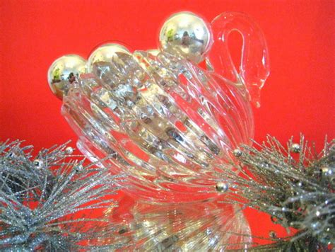 5 glitzy 80s christmas decor trends mirror80