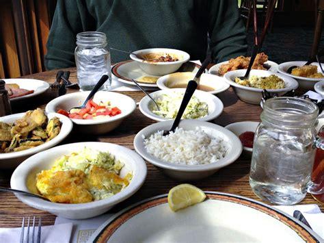 Meja Makan Family porsi kecil di meja besar
