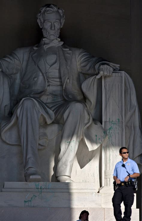 Lincoln Memorial Mba Tuition by Lincoln Memorial Vandalized Monument Closed While Statue