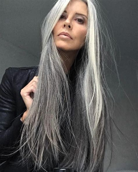 shag haircut brown hair with lavender grey streaks rubia platino peinados de mujer para esta temporada