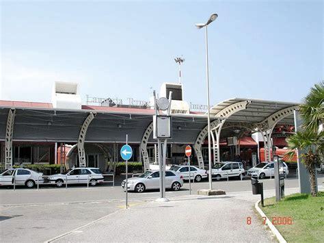 ufficio passaporti pescara documenti contraffatti in aeroporto arrestati