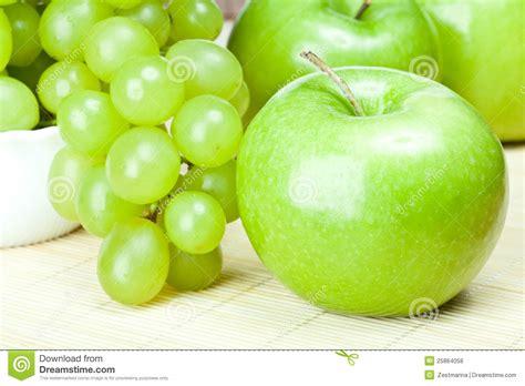imagenes de uvas y manzanas manzanas y uvas verdes fotos de archivo libres de regal 237 as