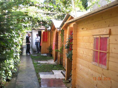 ladari di legno casette di legno in giardino allestite come affittacamere