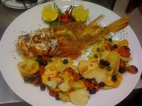 cucinare lo scorfano al forno scorfano al forno cn patate pomodorini capperi e olive