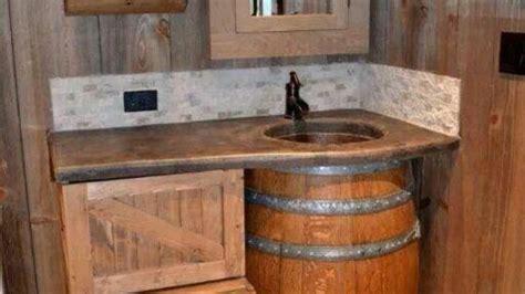 cave badezimmer dekorieren ideen badeinrichtung aus holz waschbecken holzfass rustikale