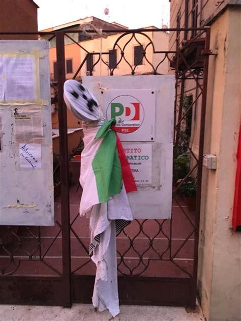 pd roma sede foto polemiche per il fantoccio impiccato davanti alla