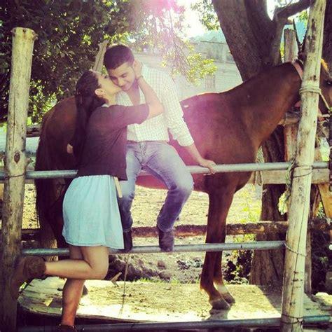 imagenes de vaqueros y vaqueras enamorados beso vaquero lindas y vaqueras pinterest