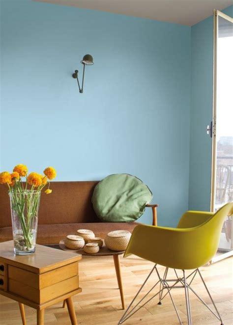 Ordinaire Peinture De Mur Pour Chambre #5: salon-avec-murs-bleu-clair-chaise-jaune-plastique-parquet-en-bois-clair-meubles-de-salon.jpg