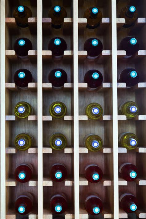scaffali per bottiglie scaffali con bottiglie di al caff 232 scaricare foto