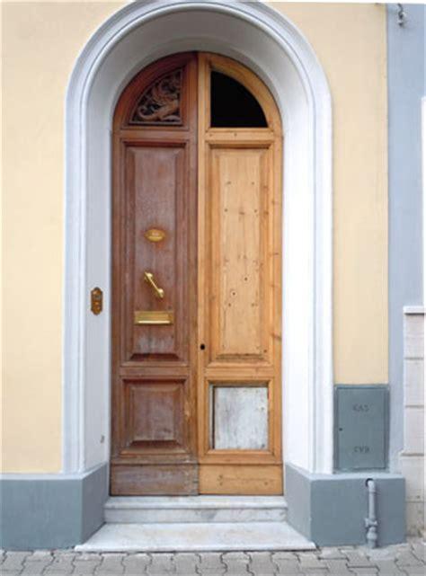 restaurare porte in legno restauro e verniciatura di un portone in legno cecchi it