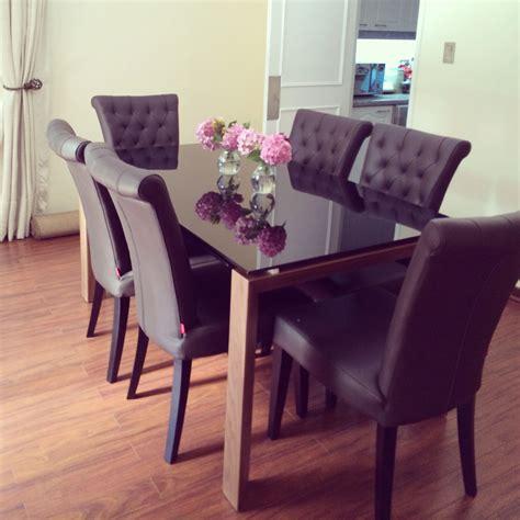 mesa de comedor de vidrio  sillas de cuero marron sillas