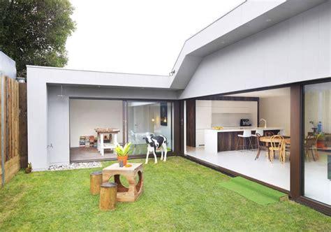patio interior en un piso casa de un piso y tres dormitorios planos de arquitectura