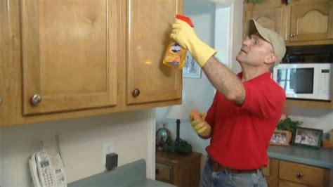 clean kitchen cabinets grease some effective ways of cleaning out wood kitchen cabinets