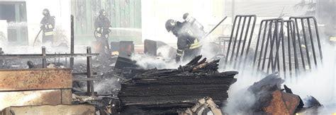 fabbrica sedie manzano incendio distrugge il deposito di sedie in fiamme il