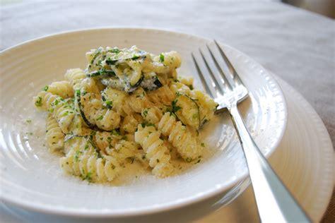 ricetta pasta con fiori di zucca pasta con fiori di zucca fusilli gratinati al forno con