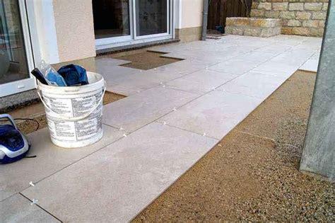 keramikplatten in splitt verlegen terrassenplatten verlegen ohne randstein surfinser