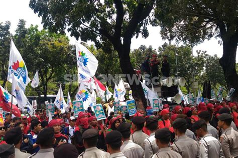 ahok ump dki mengikuti peraturan pemerintah youtube demo kantor ahok buruh minta ump dki 2017 naik