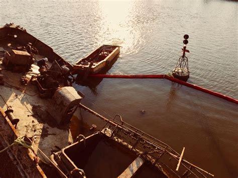 soñar con un barco hundido reflotan un barco hundido en el puerto