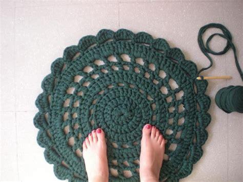 t shirt yarn rug tutorial 56 t shirt rug diy tutorials guide patterns