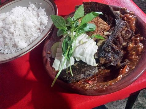 cara membuat nasi uduk pecel lele ini dia tempat makan pecel lele enak dengan sambal sedap