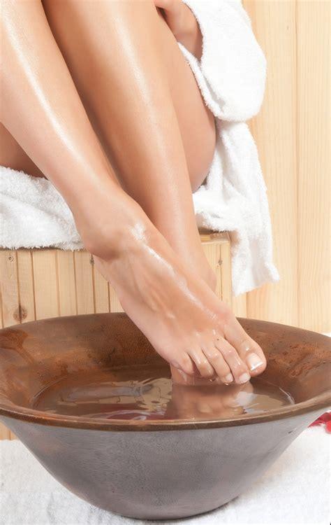 feet in bathtub 10 of the best remedies for swollen feet activebeat
