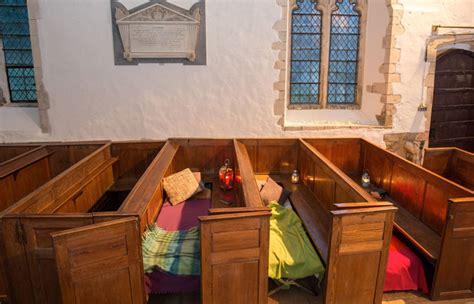 Sofa Bisa Jadi Bangku Dan Kasur Tidur Uksingle ini baru beda kemping di dalam gereja tua