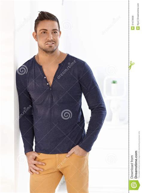 brustmuskeltraining zu hause mann modischer mann der zu hause steht lizenzfreie stockfotos