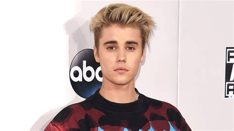 justin bieber rocks a casual look on the ama carpet