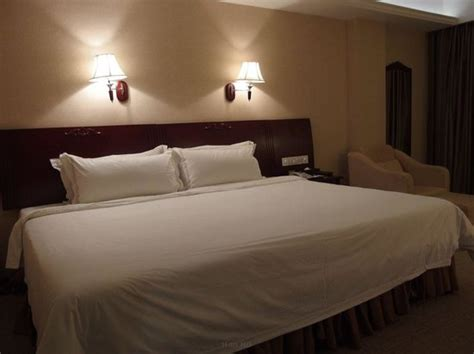 big bed a comfortable and big bed picture of vienna hotel meizhou meizhou tripadvisor