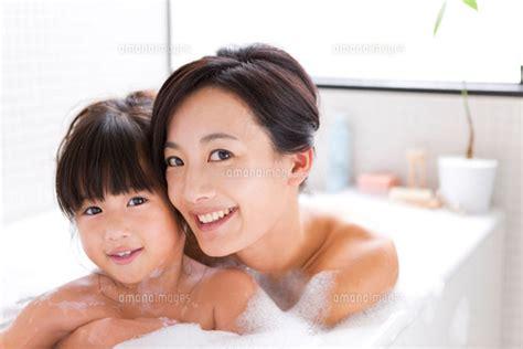 going to the bathroom naked 泡風呂に入浴する母娘 07800020011 写真素材 ストックフォト 画像 イラスト素材 アマナイメージズ