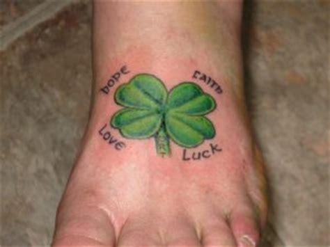tatuaggi quadrifoglio con lettere tatuaggio quadrifoglio significato foto idee consigli