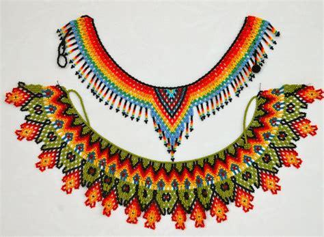 collar de piedras chaquiras elaborada por la tribu Embera de Colombia. www