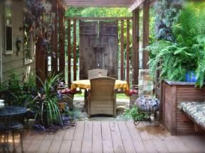 sichtschutz terrasse ideen sichtschutz f 252 r garten selber bauen holz glas oder metal