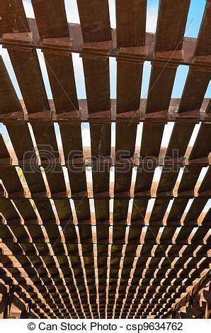 el enrejado in english stock fotos de de madera enrejado el techo de un